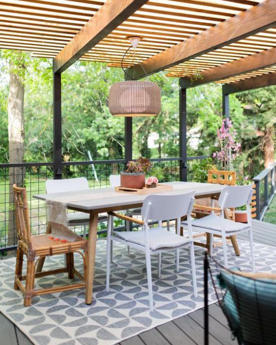 Terrasse frühlingsfit machen Stilmix erlaubt verschiedene Stühle Hängeleuchte Überdachung
