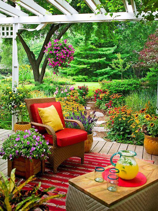 Terrasse frühlingsfit machen grelle Farben langblühende Blumen