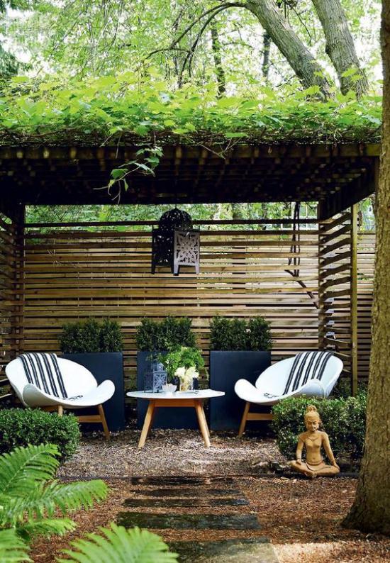 Terrasse frühlingsfit machen persönliche Relax-Oase draußen gestalten zum Meditieren kleine Buddha-Figur