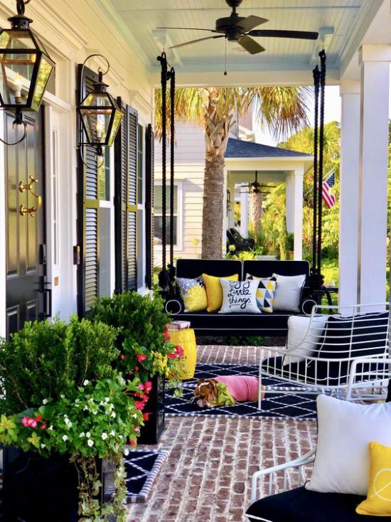 Terrasse frühlingsfit machen viele Grünpflanzen blühende Blumen Sofa grelle Farben Deko Kissen