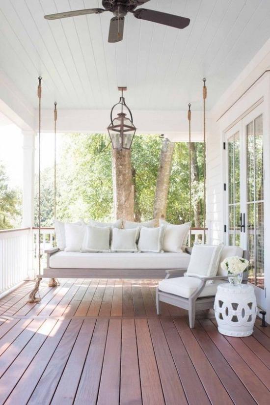 Terrasse frühlingsfit machen weiße Möbel Ton-in-Ton-Gestaltung passe