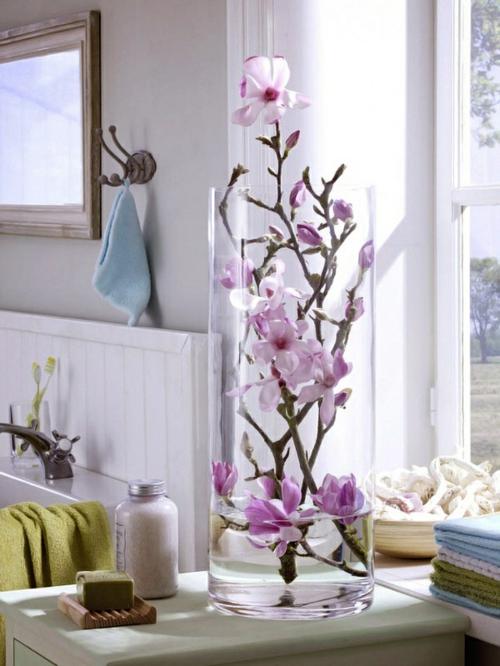 Tischdeko mit Orchideen Vase Fenster Licht