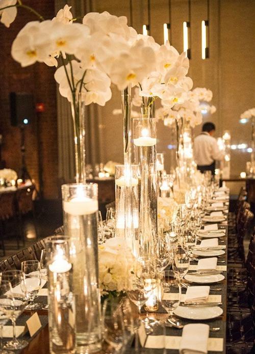 Tischdeko mit Orchideen langer Tisch Kerzen Vasen weiße Orchideen