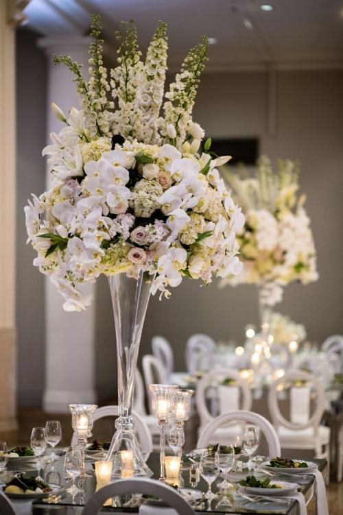 Tischdeko mit Orchideen prächtige Blumendeko Kerzen