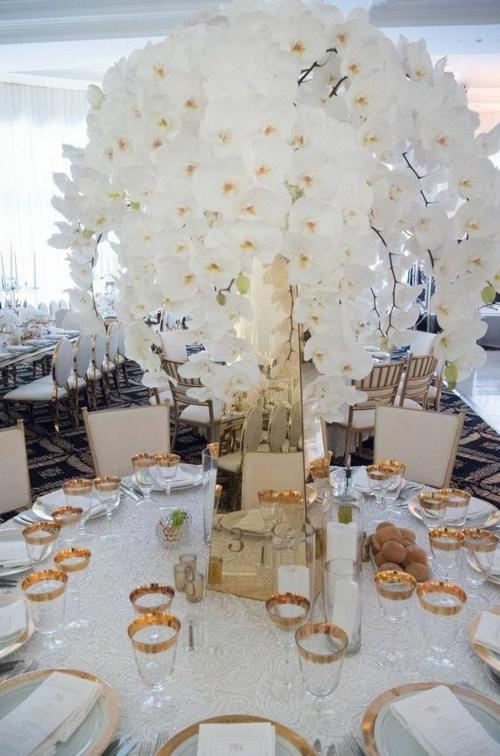 Tischdeko mit Orchideen prächtige Bumendeko weiße Orchideen Hochzeitsdeko Ideen
