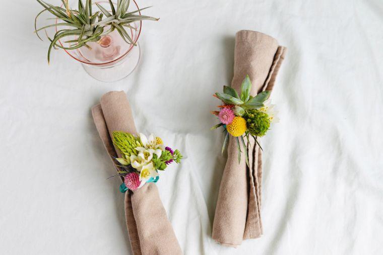 Tischgestaltung mit vielen Blumen Servietten Falten