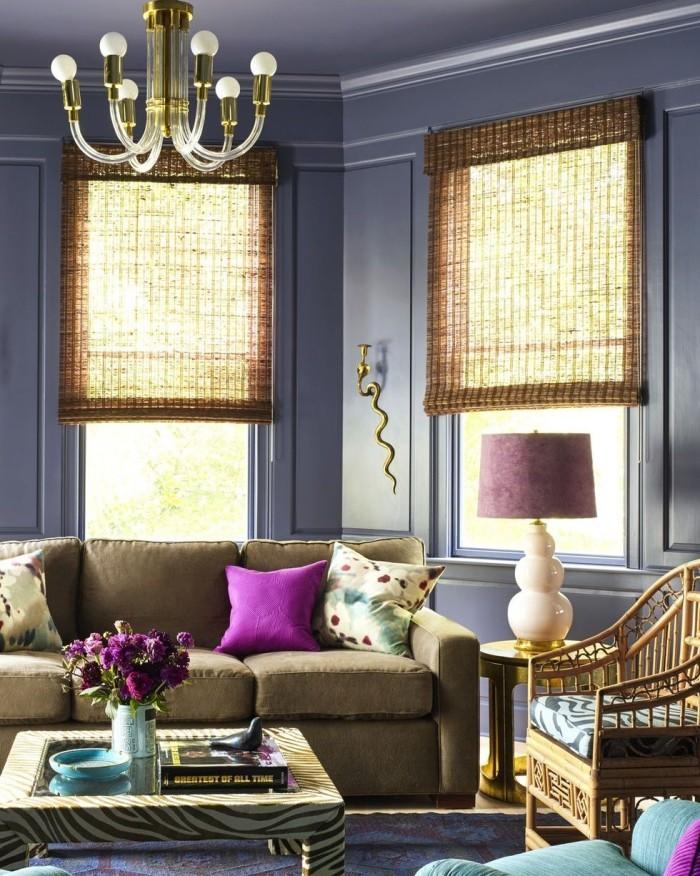 Wohnzimmer kombinieren Flechtsessel Fensterrollos kleine grelle Akzente in Lila