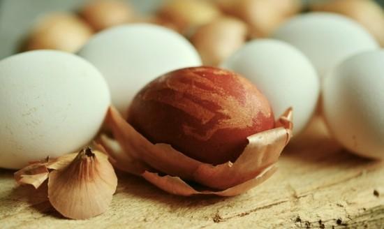 eier färben zwiebeln nachhaltige ostern
