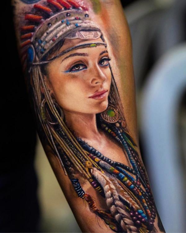 eine frau und ein arm - indianer tattoo