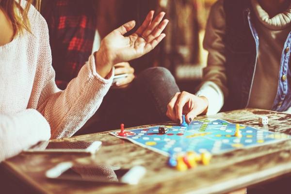 gesellschaftsspiele mensch ärgere dich nicht langeweile vertreiben