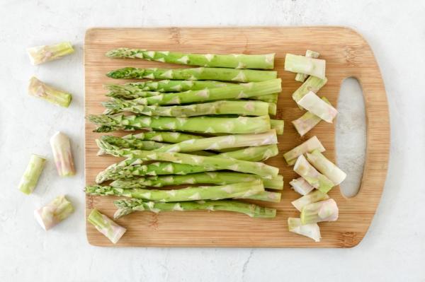 grünen Spargel zubereiten Spargel schälen und kochen