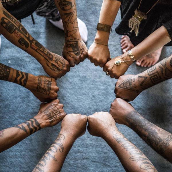 indianer tattoo - mehrere hände ideen