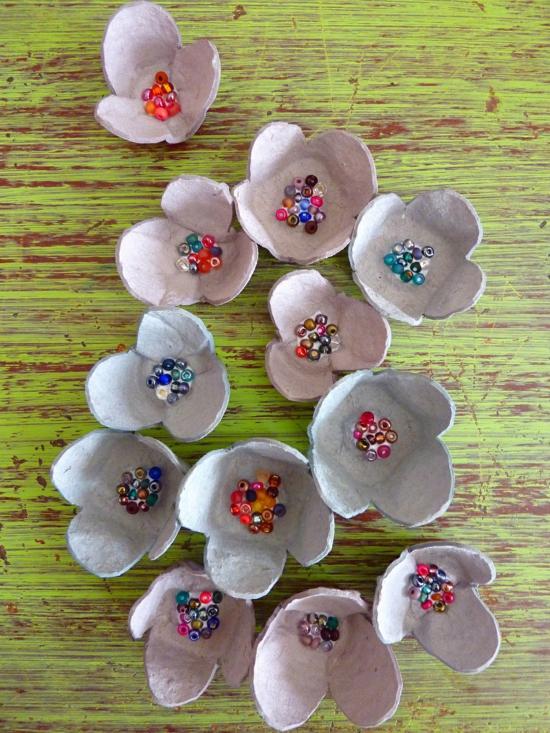 kleine blumen basteln mit eierkarton
