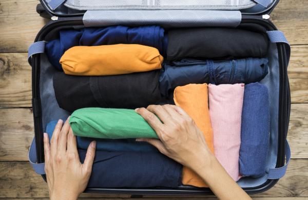 koffer packen - kleider ordnen
