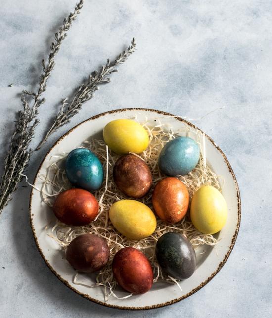nachhaltige oster eier färben mit naturmaterialien