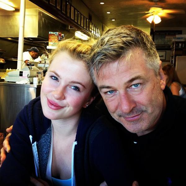 Alec Baldwin 62 beliebter Schauspieler mit seiner Tochter Ireland aus seiner ersten Ehe