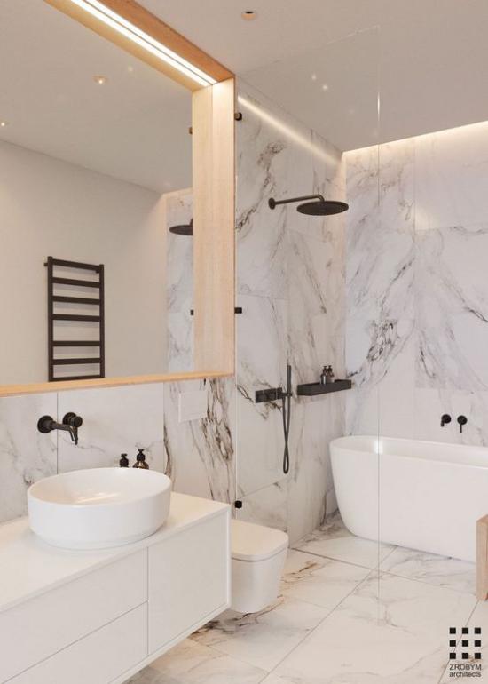Badezimmer ganz in Weiß Badarmatur in Schwarz Kontrast zu weißen Marmorfliesen