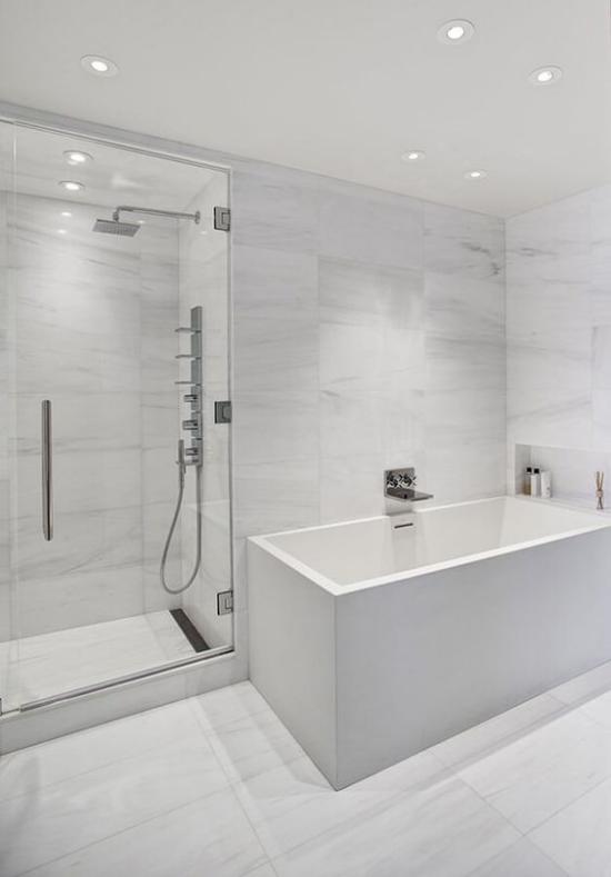 Badezimmer ganz in Weiß Badewanne Duschecke Glaswand Deckenstrahler künstliches Licht