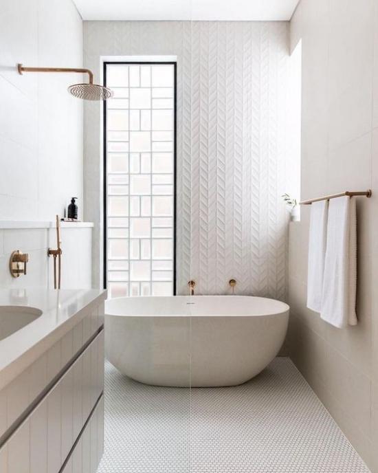 Badezimmer ganz in Weiß Glaswand viel natürliches Licht Badewanne