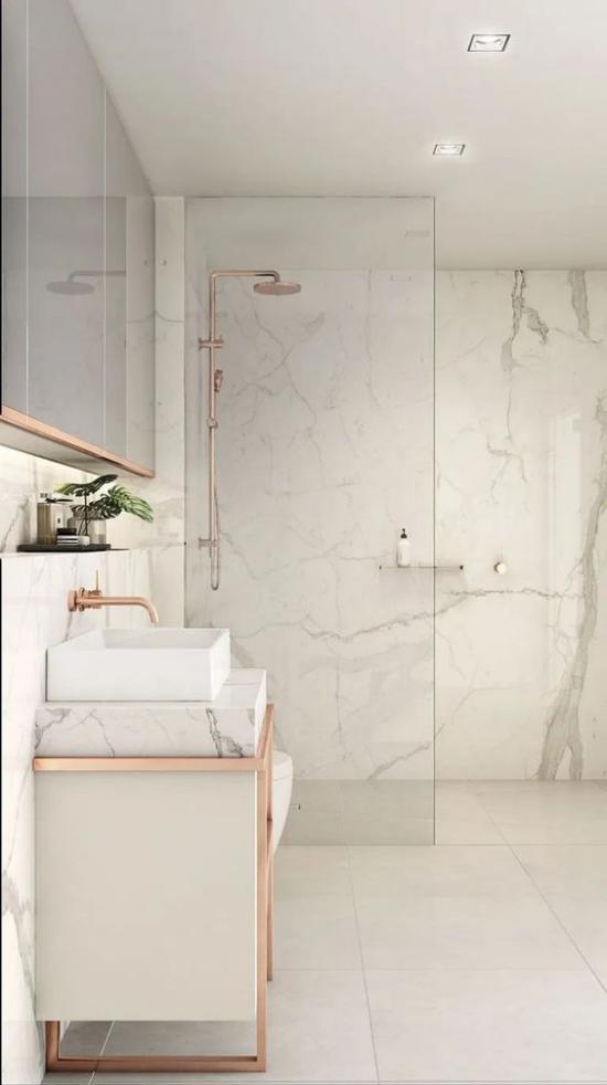 Badezimmer ganz in Weiß Marmorfliesen Waschschrank Akzente in Rose Gold Duschecke Glaswände