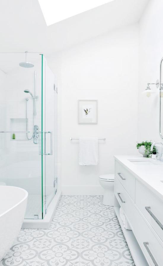 Badezimmer ganz in Weiß WC Waschtisch Dusche Badewanne fein gemusterte Bodenfliesen