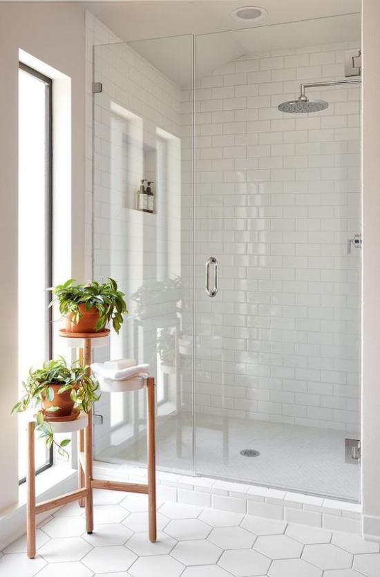 Badezimmer ganz in Weiß kleiner Blumenständer Badpflanzen komplettieren den Look