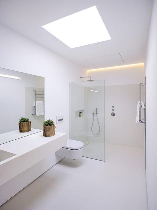 Badezimmer ganz in Weiß natürliches Licht von oben Raum groß und einladend Badewannen