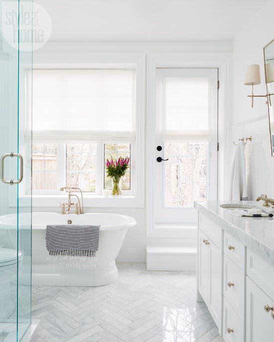 Badezimmer ganz in Weiß schickes Baddesign eine elegante Vase bunte Blumen am Fenster