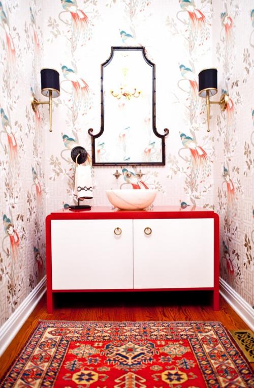 Badezimmer in Rot Bad in Retro Stil Blumentapeten Waschtisch