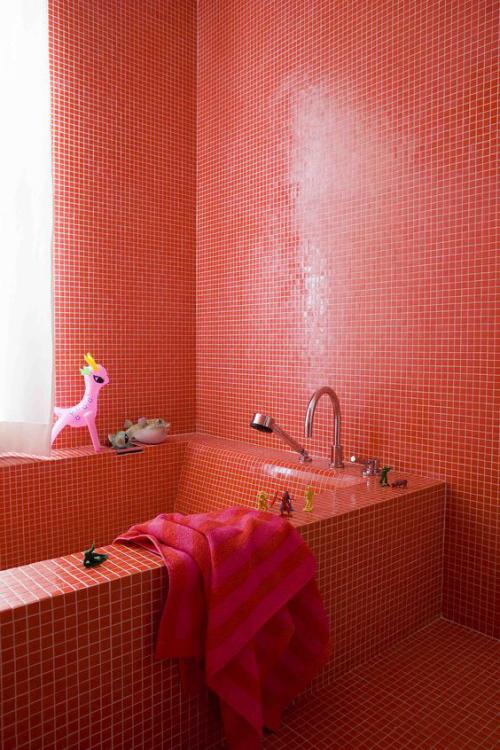 Badezimmer in Rot Badewanne Wände Boden mit kleinen roten Fliesen bedeckt weißer Mörtel rotes Handtuch