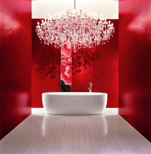 Badezimmer in Rot Luxus pur im Bad weiße Badewanne Kronleuchter weißer Boden Fliesen rote Wände