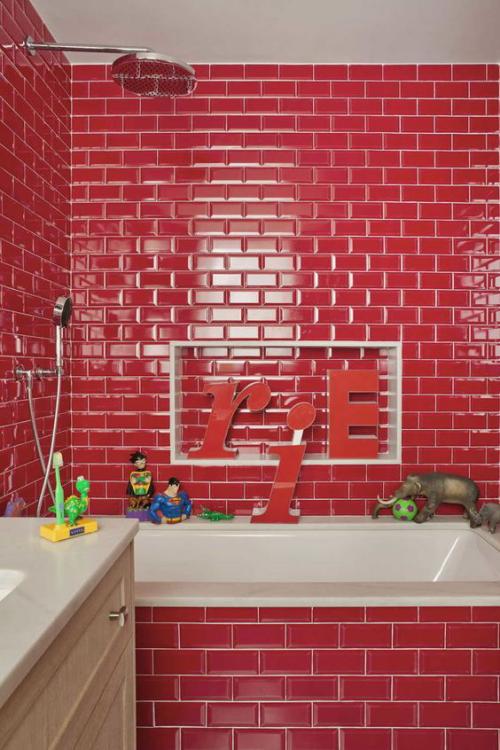 Badezimmer in Rot Metro-Fliesen Badewanne weißes Waschbecken