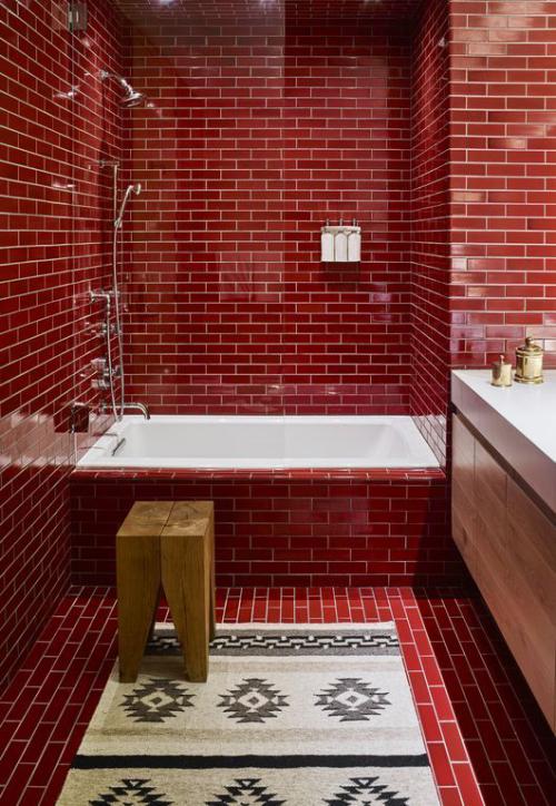 Badezimmer in Rot Metro-Fliesen rot Vintage Stil Badewanne Holzhocker rechts Waschtisch