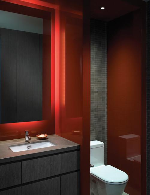 Badezimmer in Rot auffällige Farbkombination modernes Bad rot weiß grau großer Spiegel WC