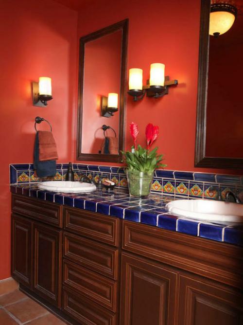 Badezimmer in Rot klassischer Look Waschtisch mit dunkelblauen Fliesen im Retro Stil zwei runde Waschbecken Wandspiegel Wandlampen