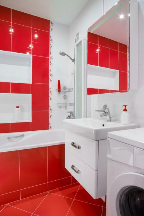 Badezimmer in Rot klassischer Look rote Fliesen weiße Badezimmermöbel Badewanne Waschbecken Wandspiegel Waschmaschine