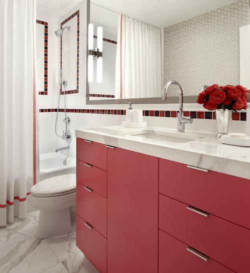 Badezimmer in Rot klassischer Look weiße Badezimmermöbel roter Unterschrank Waschtisch großer Wandspiegel Vase rote Blumen