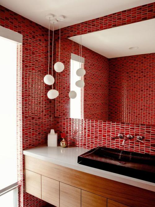 Badezimmer in Rot rote Fliesen an den Wänden großer Wandspiegel weiße Hängeleuchten weißer Waschtisch kleine Badaccessoires