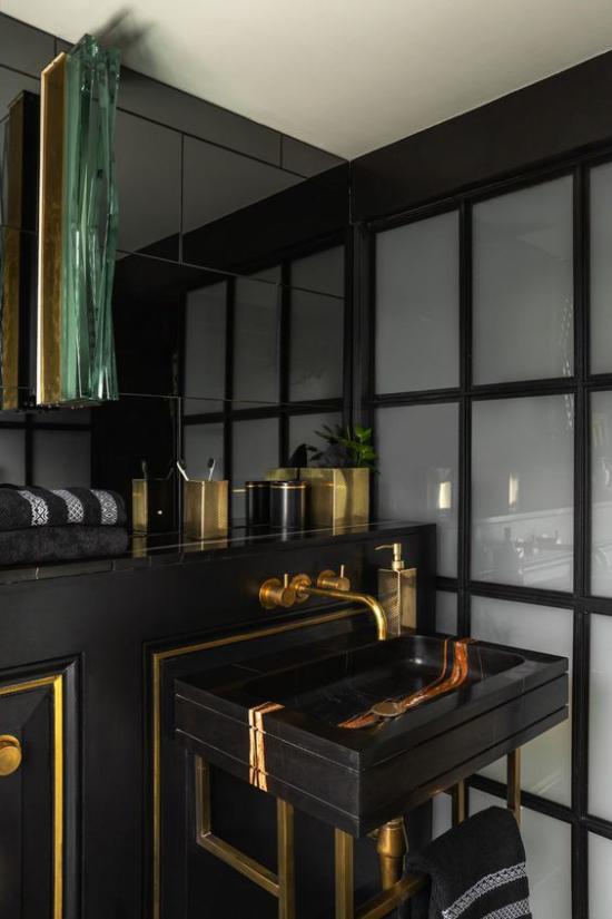 Badezimmer in Schwarz und Gold Trennwand mattes Glas schwarzer Waschtisch Armaturen in Goldglanz