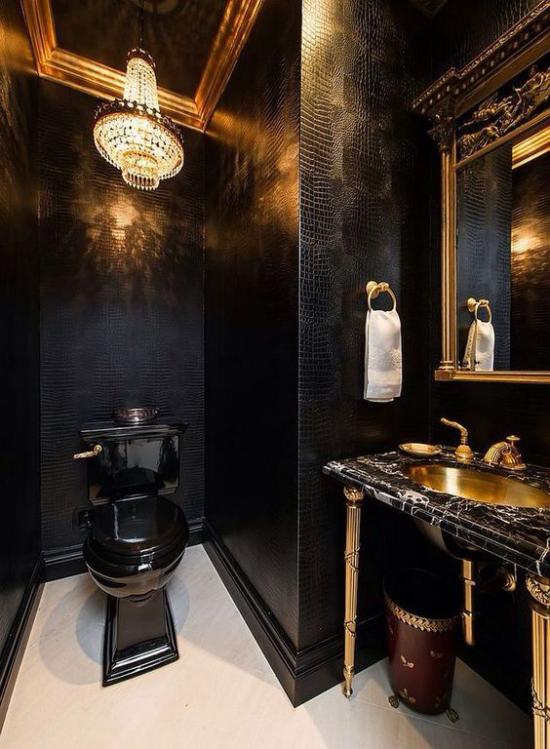 Badezimmer in Schwarz und Gold WC interessante Badbeleuchtung eingebautes Licht Spiegel Waschtisch rechts weißes Tuch