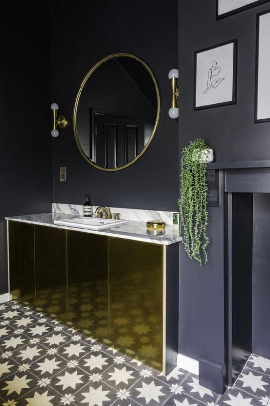 Badezimmer in Schwarz und Gold dunkle Wände Waschtisch gemusterte Bodenfliesen grüne Badpflanze