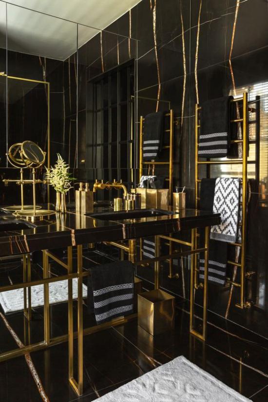 Badezimmer in Schwarz und Gold ganze Spiegelwand verstärkt den visuellen Effekt der Farbkombination