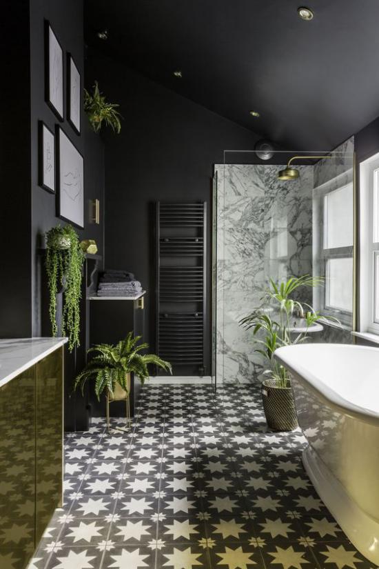 Badezimmer in Schwarz und Gold geräumiges Bad gemusterte Bodenfliesen Grau viele Badpflanzen