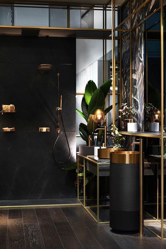 Badezimmer in Schwarz und Gold grüne Badpflanze Dusche Waschtisch eingebautes Licht