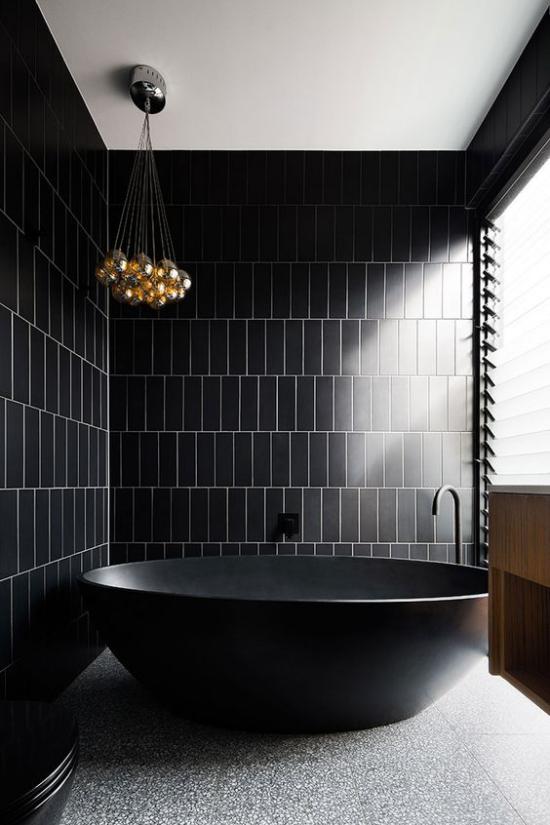 Badezimmer in Schwarz und Gold im minimalistischen Stil Einfachheit freistehende Badewannen grauer Boden goldener Kronleuchter