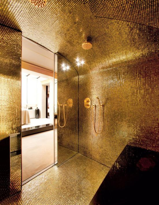 Badezimmer in Schwarz und Gold interessante Wandgestaltung ganz in Goldschimmer
