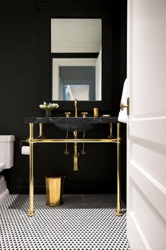 Badezimmer in Schwarz und Gold mattschwarze Wand schwarzer Waschtisch goldglänzende Elemente weiße WC