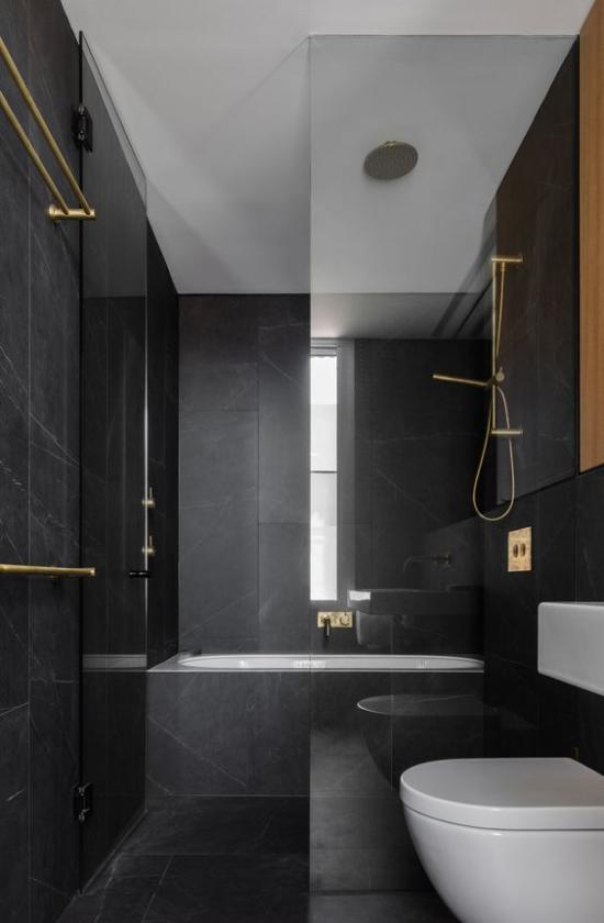 Badezimmer in Schwarz und Gold minimalistischer Stil graue Elemente erfrischen das einfache Design