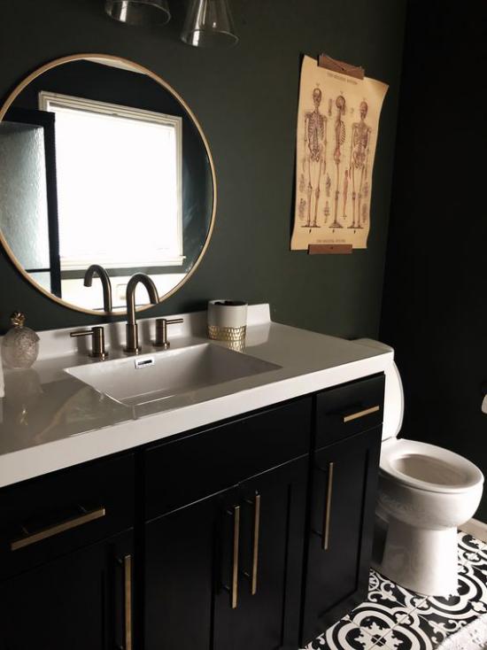 Badezimmer in Schwarz und Gold mit Weiß kombiniert einfaches Baddesign Waschtisch WC Schüssel