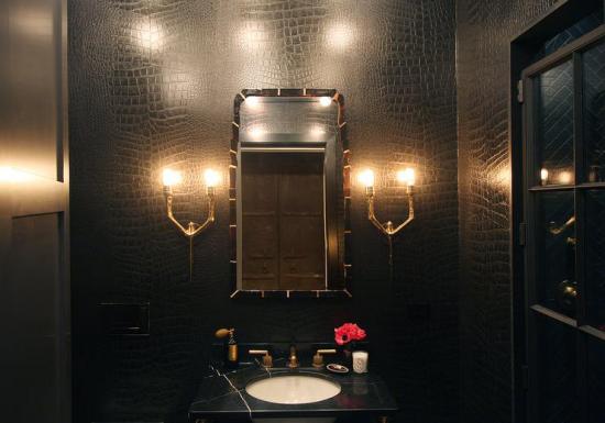 Badezimmer in Schwarz und Gold passende Badbeleuchtung moderne Wandlampen beiderseits des Spiegels ideen
